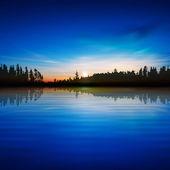 抽象的な性質の青い背景に森林湖、日の出 — ストックベクタ