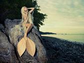 Piękna syrenka siedzi na skale — Zdjęcie stockowe