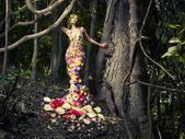 Mooie dame in jurk van bloemen — Stockfoto