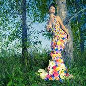 Bella signora vestita di fiori — Foto Stock
