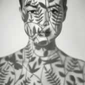 Mooie dame met bloemmotief op gezicht — Stockfoto