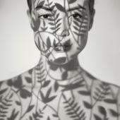 Schöne dame mit blumenmuster auf gesicht — Stockfoto