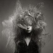 Chica joven con un peinado de moda volumen — Foto de Stock