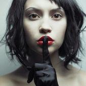Ung vacker kvinna med strikta frisyr — Stockfoto