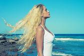 Denizde güzel bir kadın — Stok fotoğraf