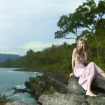 krásná žena na skalnaté pobřeží — Stock fotografie #5296624