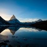 Matterhorn y dente blanche de riffelsee lago montaña arriba — Foto de Stock