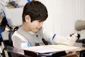 Garçon handicapé âgé de cinq an, étudie en fauteuil roulant — Photo