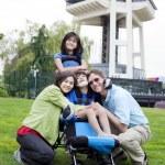 Engelli çocuk ailesi tarafından çevrili tekerlekli sandalyede — Stok fotoğraf #14139099