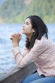 Junges Teen Mädchen sitzen ruhig auf See Pier, beten — Stockfoto