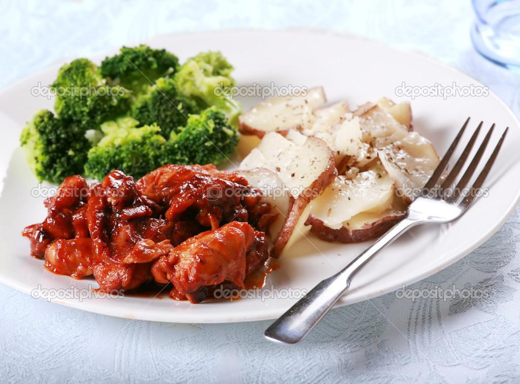 美味烧烤鸡肉饭用的西兰花和土豆一侧 — 照片作者 jarenwicklund