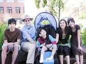 Père assis avec ses enfants biracial et fils handicapé — Photo