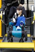 Handicap jongen op school bus rolstoel lift — Stockfoto