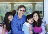 Filho de pai com seus filhos biracial, segurando desativado na balsa — Foto Stock