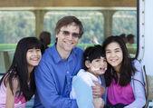 Hijo de padre con sus hijos biraciales, sosteniendo deshabilitado en ferry — Foto de Stock