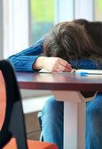 Junge college oder high school student schläft auf tisch — Stockfoto