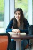 Gelukkig jonge college student studeren op school — Stockfoto