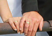 Married couple shows wedding rings — ストック写真