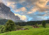 Cara norte del eiger al atardecer con chozas, suiza — Foto de Stock