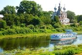 Ferry goes by river in Vologda, Russia — Stock Photo