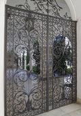 Ijzer-geschoeid poorten van italiaanse patio — Stockfoto