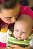 Мать целует ее сына — Стоковое фото