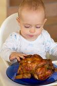 Dítě jíst velké grilovaná kuřata — Stock fotografie