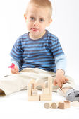 Little cute boy playing with building blocks. Isolated on white. — ストック写真