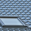 Roof window on a grey tiled rooftop, large detailed loft skylight background, diagonal roofing pattern — Stock Photo #32019241