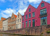Traditional flemish houses near the canal in Bruge, Belgium — 图库照片