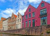 Tradicionais casas flamengas perto do canal em bruge, bélgica — Foto Stock