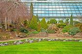 Bonito parque con árboles y flores — Foto de Stock