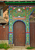 Traditional old wooden carved gate — Foto Stock