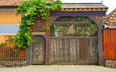 Tradiční staré dřevěné vyřezávané brány — Stock fotografie