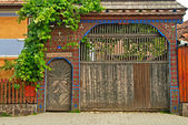 Traditional old wooden carved gate — Zdjęcie stockowe