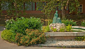 Fountain with a statue in the park — Stockfoto