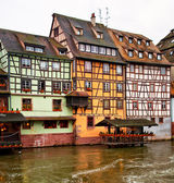 Nice canal with houses in Strasbourg, France. — Stockfoto