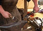 Fabbro forgiato ferro smith uomo incudine martello — Foto Stock