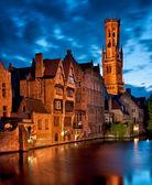 исторические средневековые здания вдоль канала — Стоковое фото