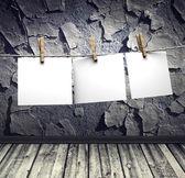 Spruckna väggen och vitböcker fäster rep — Stockfoto