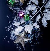 黒の上の銀製の星、ギフト ボックス、冷ややかな白い葉します。 — ストック写真