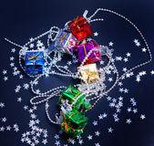 Noel hediye kutuları ve siyah arka plan üzerinde yıldız — Stok fotoğraf