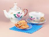 Biscuits and old-fashioned tea service — Stock Photo