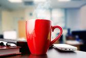 Koffie op een zwarte tabel met pauze of ontbijt in office — Stockfoto