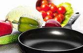 Koekenpan en diverse groenten — Stockfoto
