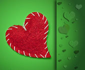 Red heart on green background — ストック写真