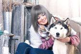 Neşeli çekici kadın ve köpek — Stok fotoğraf