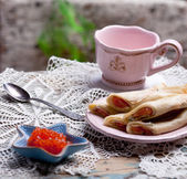 Caviar in small starfish shaped bowl and pancakes with salmon — Stock fotografie