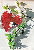 Bahar çiçekleri ve ahşap masa üstünde kırmızı kalp — Stok fotoğraf