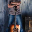 Handsome man with guitar — Stock Photo